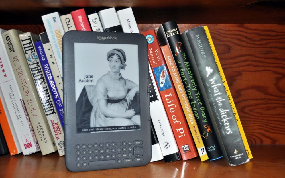 kindle-on-bookshelf